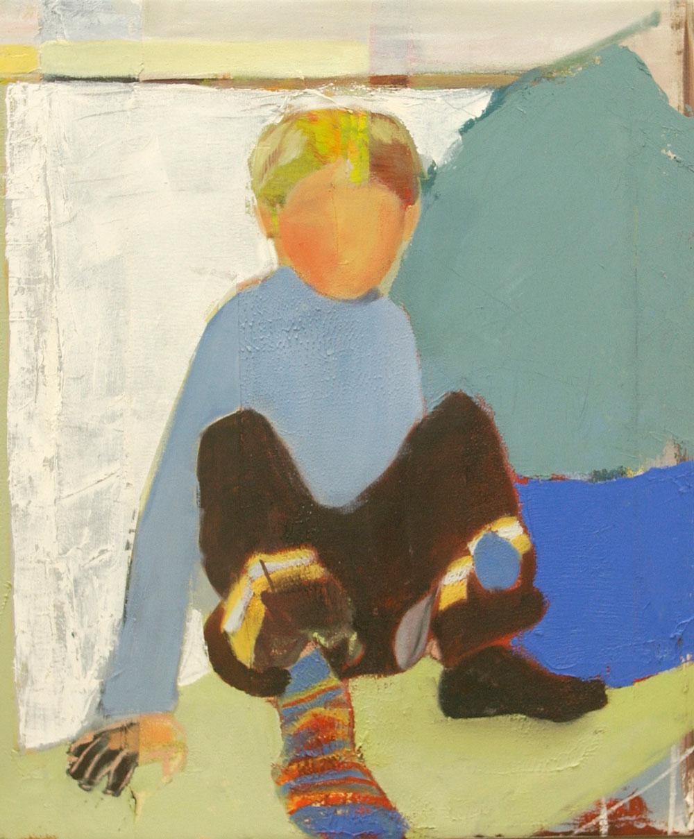 Ein Junge mit bunter Hose und geringelter Socke