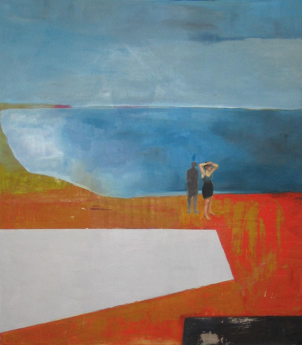 Frau im schwarzen Kleid steht mit dem Rücken zum Meer