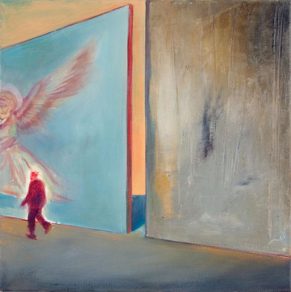 entlang zwei monumentaler Wände geht eine rotleuchtende Figur entlang, die eine Wand ziert ein Engel