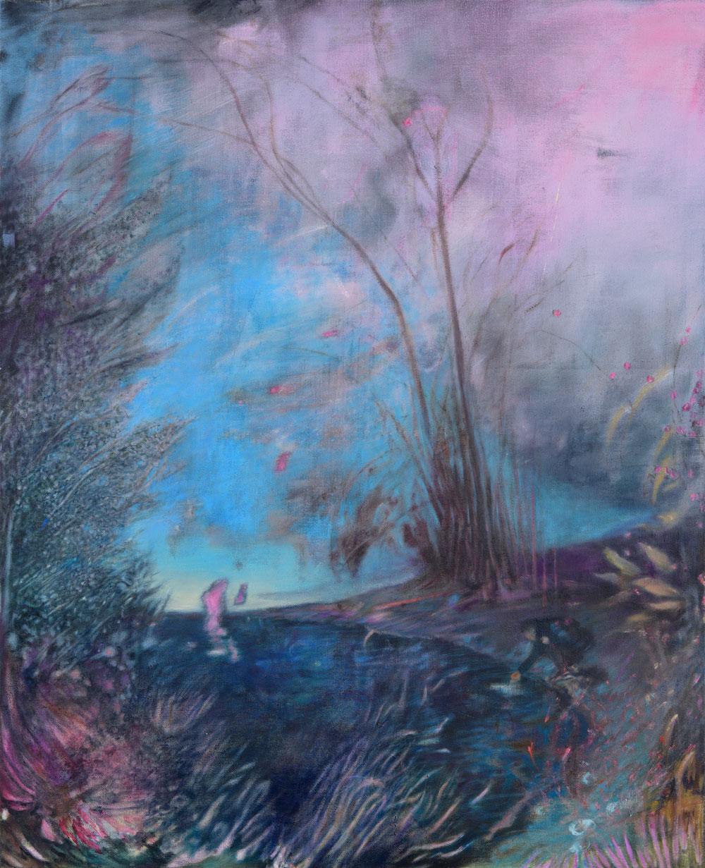 Windige Landschaft in blau rosa Tönen. ein Mann am See greift ins Wasser.