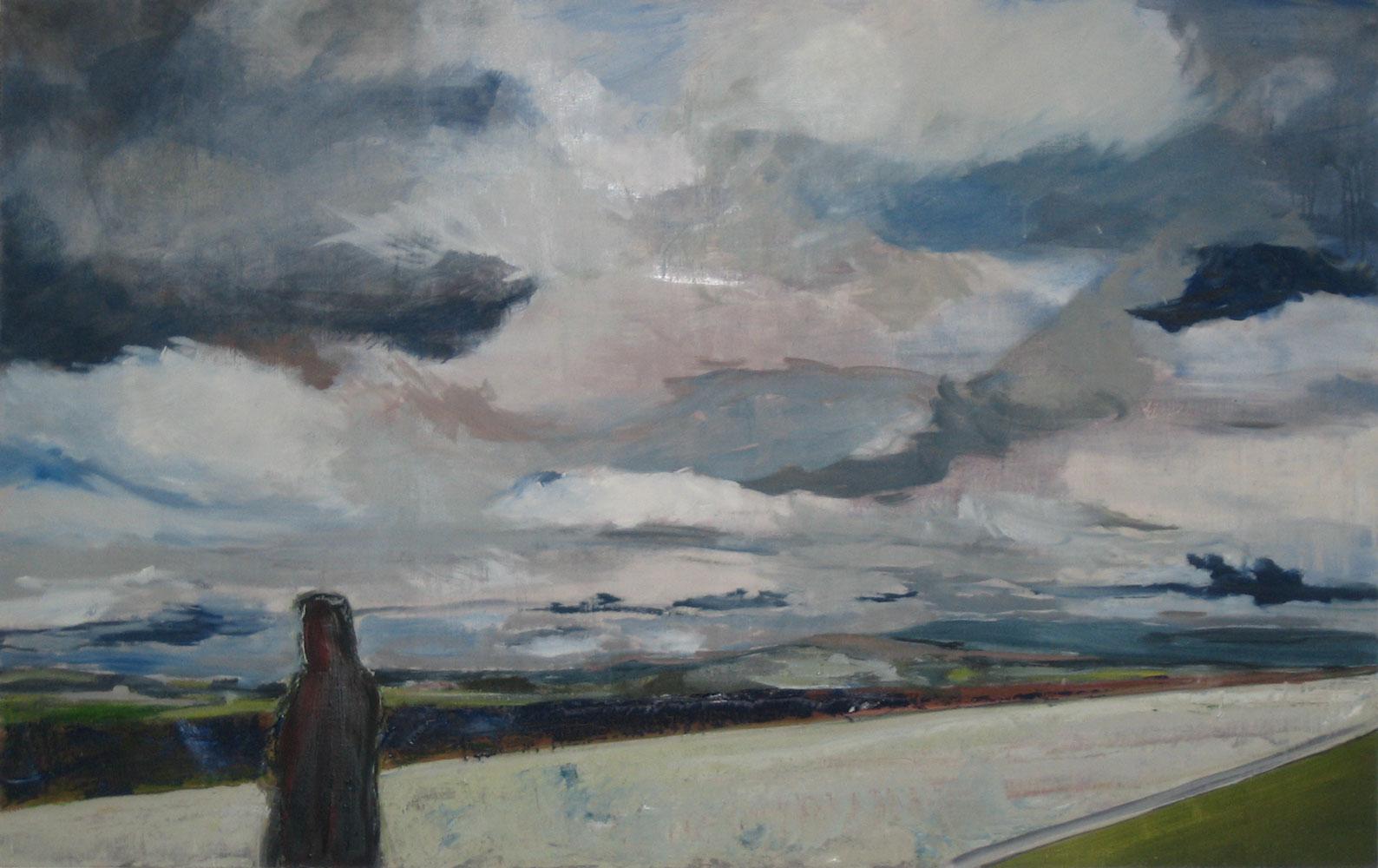 Ein Mann in Rückenansicht steht am linken Bildrand und schaut in eine abendlich, blaugrüne weite wolkenverhangene Ebene
