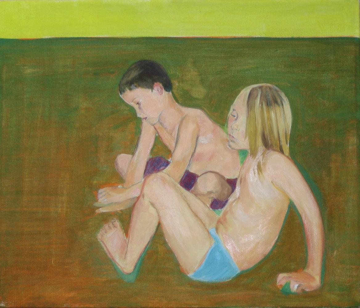 ein Junge und ein Mädchen spielen gedankenverloren