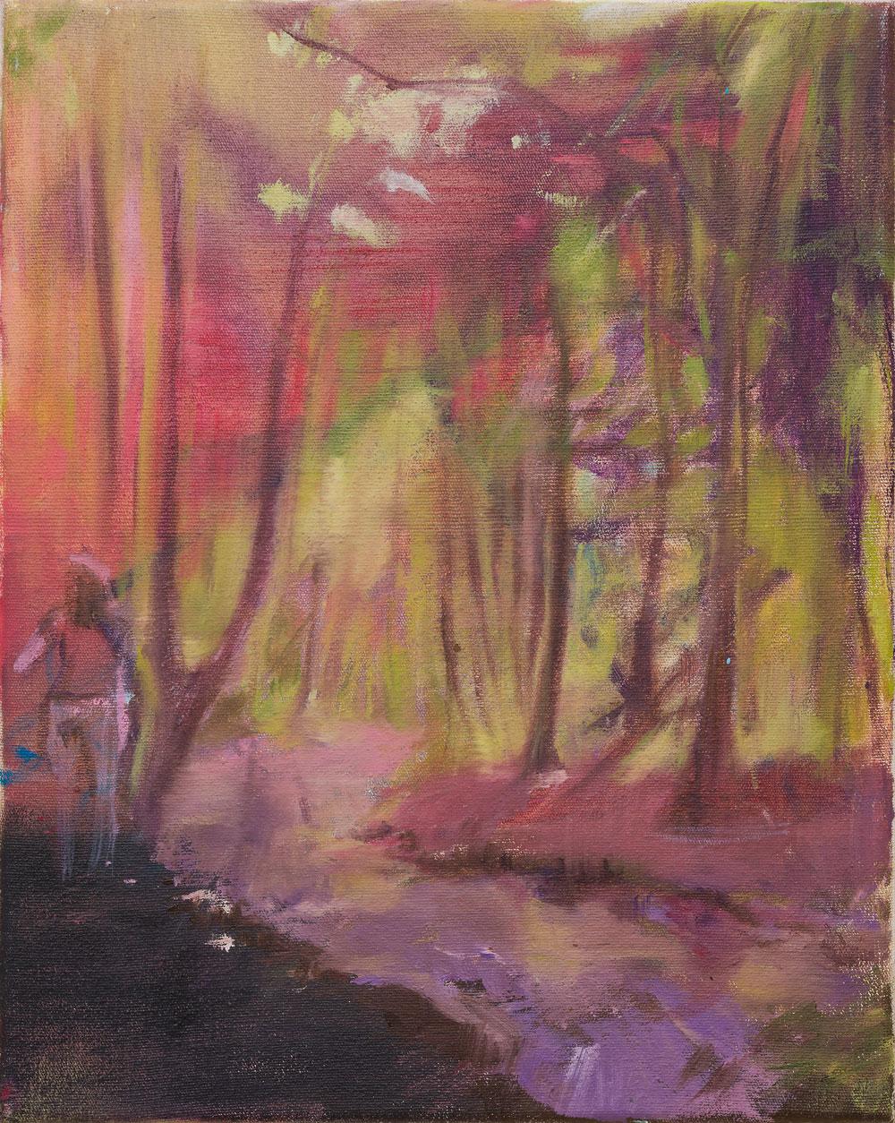 Mädchen am linken Bildrand in rötlich leuchtendem Wald