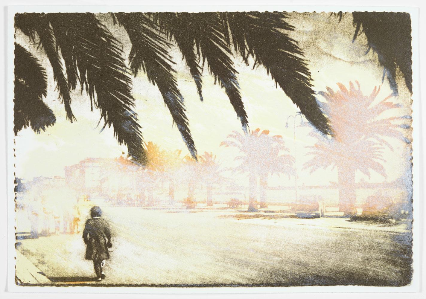 Frau geht eine Straße entlang mit Palmen